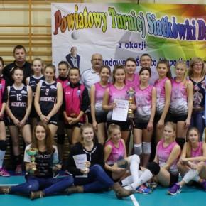Dziewczyny z Dąbrowszczaka z Pucharem Starosty Kutnowskiego